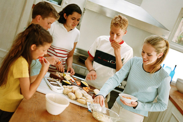 Family Time in the Kitchen: Using Meal Times as a Relationship Builder